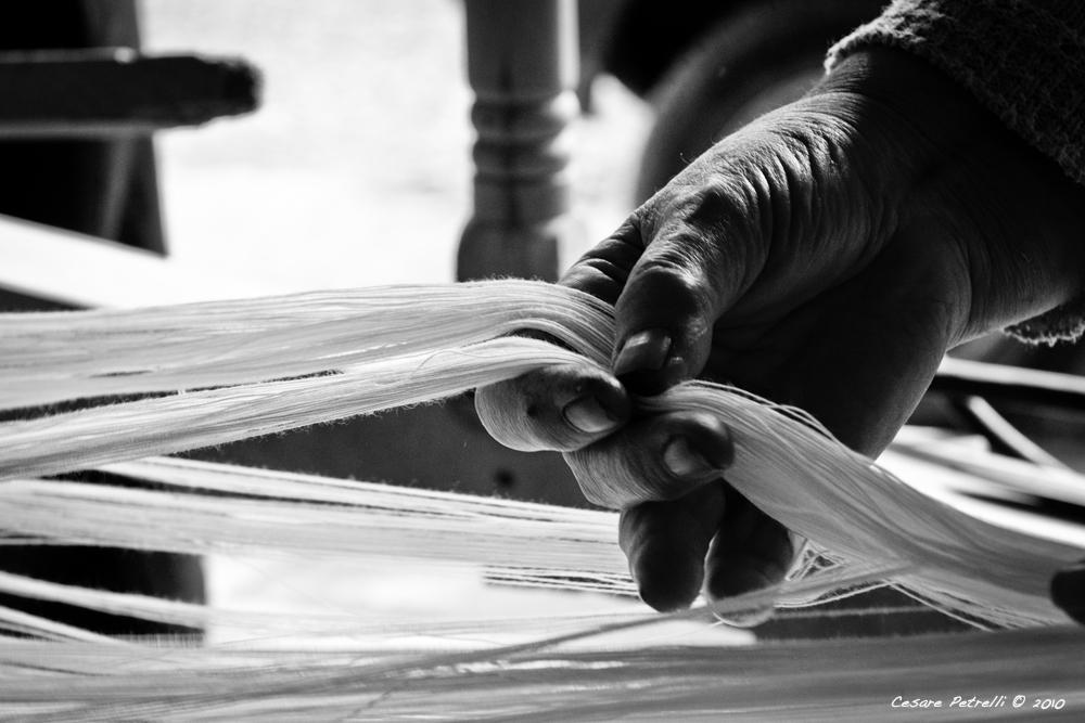 L'Mbroiamentu de li Filati sul lu Talaru - I filati, avvolti su un asse di legno vengono preparati per essere stesi sul telaio